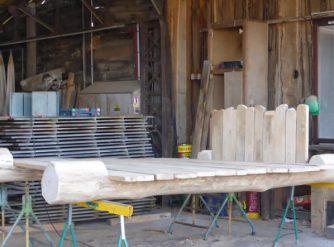 lit tronc d'arbre et planches