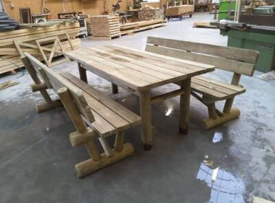 ensemble table et bancs séparés